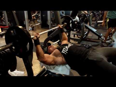 Flat Bench press Cara membesarkan Otot dada di tempat fitness