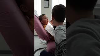 Omari duke kontrolluar dhëmbët e Darisit te Klinika Dentare Dent-In 😘