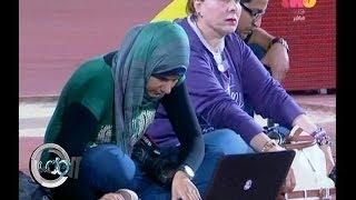 #الملعب | صيد الكاميرا  | لقطة لصحفية منهمكة في عملها تلفت انتباه مخرجة المباراة