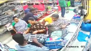 Shop Lifting এত তগুলা মানুষকে বোদাই বানাইয়া কিভাবে চোখের সামনে দোকান থেকে কাপড় চুরি করে নিয়ে গেলো