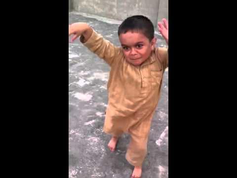 Niño Indu bailando esquizofrenicamente