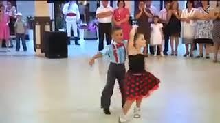 ثنائي صغير  رقص ولا اروع ☺♫♪