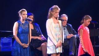 Kristen Bell performs