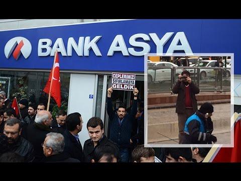 Bank Asya'ya gelen vatandaşlar kendilerini fişleyen  polise el salladı