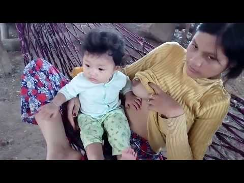 Breastfeeding Baby Playing - Bayi Mainan Saat Disusui