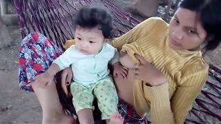Breastfeeding Baby Playing - Bayi Mainan Saat Disusui