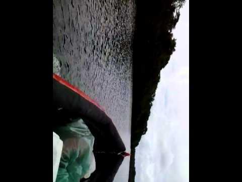 Barco de garrafas pet navegando com motor de 6 5hp