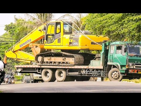 Fuso Self Loader Truck Delivering Excavator Komatsu PC200 8 Lamongan