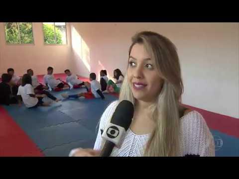 Ailla Pacheco ensina Yoga no aglomerado da Serra