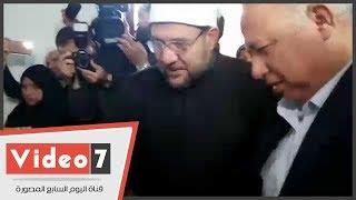وزير الأوقاف يقبل رأس إمام مسجد الروضة المصاب ويؤكد: كلنا مجاهدون