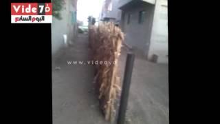 بالفيديو .. مواطن كفيف بالمنوفية يشكو من تعدى جاره على الطريق
