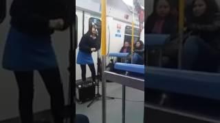 Aylin Dávalos canta