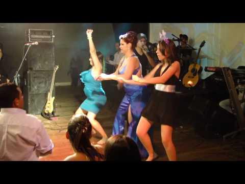 Mulheres dançando e rebolando funk Formatura em Umuarama