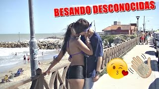 Beso o Cachetada con Harina | BESANDO A DESCONOCIDAS | AlexanderWTF