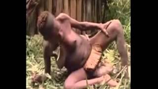 Mulher da tribo indígena da Indonésia 'Papua' dando luz a um bebê Sem Censura)