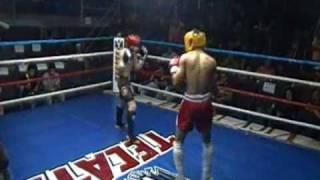 Patada fulminante de peleador de kick boxing