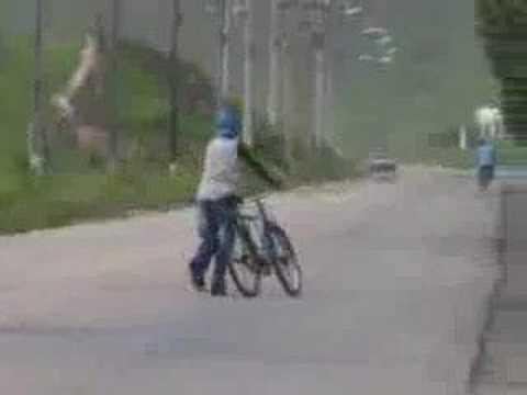 Bebado empurrando bicicleta