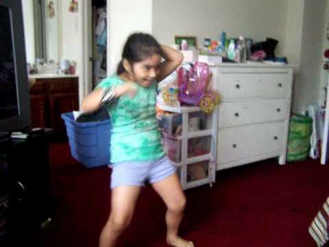 nina bailando dale maracas