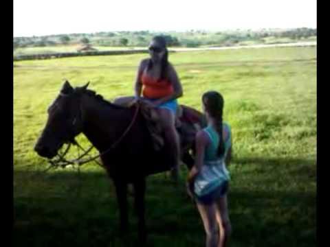 Aprenda a descer do cavalo com Karina