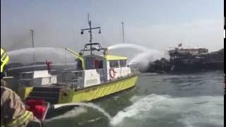 الدفاع المدني يسيطر على حريق اندلع في إحدى السفن بخور دبي