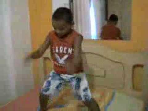 criança dançando creu
