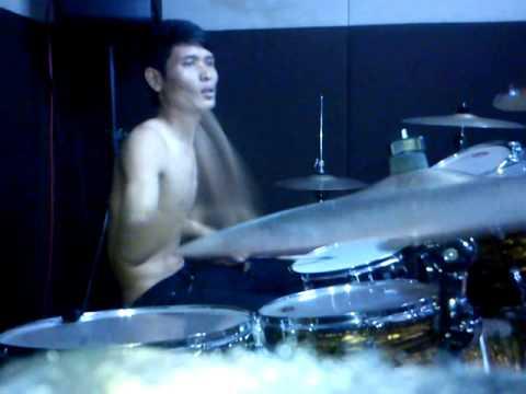 Drumer telanjang dada