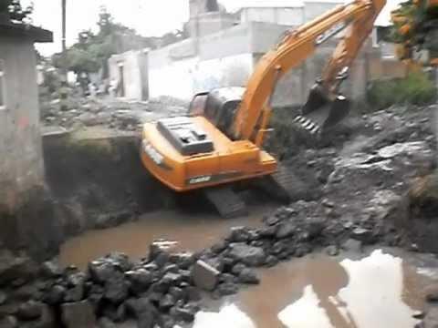 Excavadora CASE CX210 Sale del cauce de una Barranca