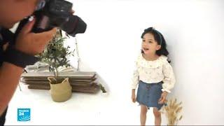 أطفال من الصين يعملون كعارضي أزياء رغم التعب والعناء