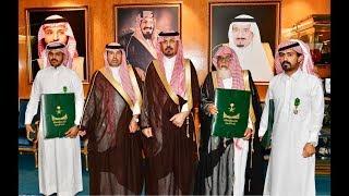 الأمير خالد بن عبدالعزيز بن عياف يقلد ذوي شهداء الواجب من قوات الحرس الوطني وسام الملك عبد العزيز