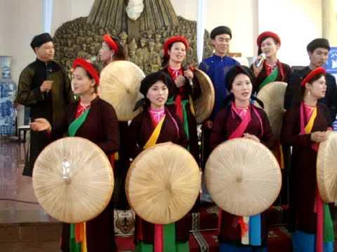 Hát quan họ trong buổi bế mạc ngày hội gia đình tại Thái Hà Tiếp