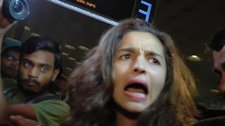 Alia Bhatt gets MOBBED at airport  | WATCH VIDEO