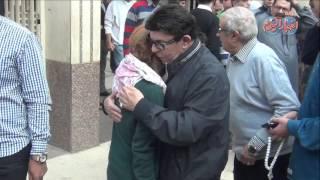 انهيار سمير صبرى وابنه الفنانه الراحلة مديحة سالم من البكاء اثناء تشيع حثمانها