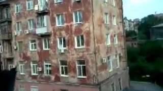 Rosia: Budynek mieszkalny wali sie na oczach ludzi Дом рушится Accident