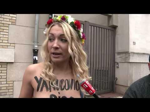 A Paris les Femen urinent sur des photos du président ukrainien