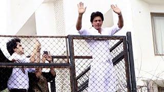 Shahrukh Khan Wishes Eid Mubarak to Fans Outisde Mannat