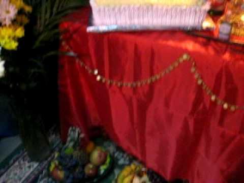 organizando a mesa para o povo ciganos