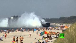 سفينة حربية برمائية تفاجئ المستجمين على شاطئ البحر