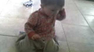 León hablando por teléfono