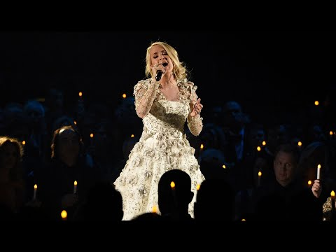 Singer Carrie Underwood injures face in fall