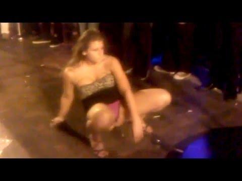 Bebada acrobata e pagando calcinha Acrobatic Drunken Girl vs Pole girl