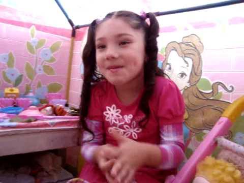Emily brincando na sua barraquinha Linda te amo