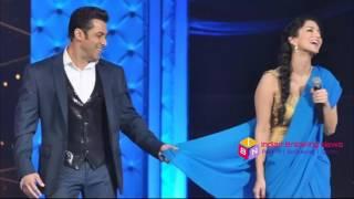 Salman Khan Removed Sunny Leone Saree in Zee Cine Award 2017 |  सलमान खान ने उतारी सनी लियॉन की साडी