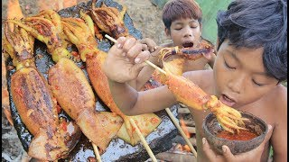 Primitive Technology - Grilled Squid on a rock - eating delicious