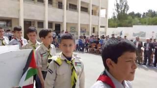 استعراض الكشافة مع السلام الوطني