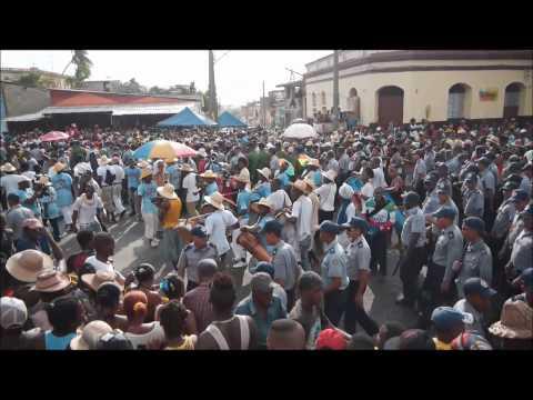 Carnaval de Santiago de Cuba Invasion de la conga Los Hoyos 2013