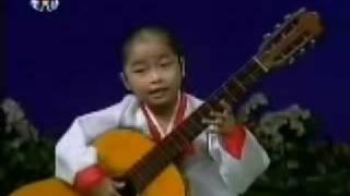 Little North Korean Girl Playing Guitar 北朝鮮少女のギター演奏