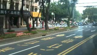 台湾バス街中を走る
