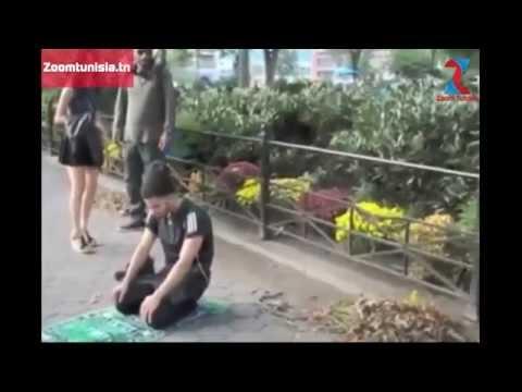 شاهد ردة فعل الأمريكان عندما شاهدوا شاب مسلم يصلي في الأماكن العامة مؤثر مترجم للعربية