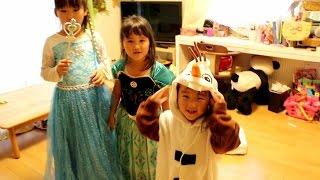 アナと雪の女王のドレスを着て歌う三姉妹