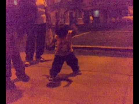 niño bailando perreo